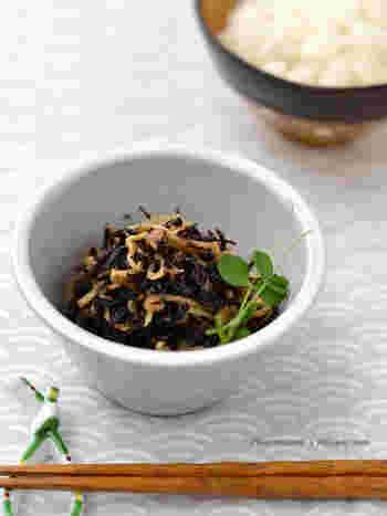 カルシウムも食物繊維もたっぷりで、常備しておきたいひじきの副菜。夏には、梅干しを加えてさっぱりとした味わいに仕上げてはいかがでしょうか?  ひじきと切り干し大根に、潰した梅干しを加えた調味料でささっと炊くだけととても簡単。仕上げにかつお節を加えると風味が増します。ふりかけ感覚でごはんにかけて食べられますよ。ご飯に混ぜ込んで、おにぎりにするのもいいですね!