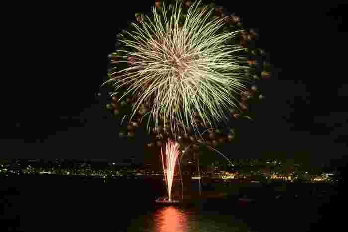 毎年8月に開催される「江ノ島納涼花火大会」は、神奈川県内で3位を誇る人気の花火大会です。規模はそれほど大きくありませんが、その分混雑も比較的少なくゆっくりと楽しめると評判。夏の夜空に、約1,200発が打ちあがります。