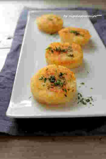 ジャガイモとチーズを混ぜ合わせ、型で抜いて焼いたガレット風の一品。いろんな形の抜き型を使っても楽しそう!パセリやチリパウダーなどを散らして、彩りも華やかに仕上げられますね。