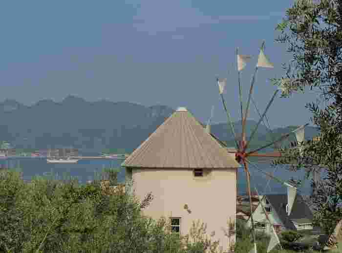 「オリーブ園」のすぐ近くにある、道の駅「オリーブ公園」に建つ「ギリシャ風車」です。エーゲ海を思わせるような瀬戸内海の青との風車の白とのコントラストが美しいですね。穏やかでやさしい風が感じられるゆったりとした時間が流れています。
