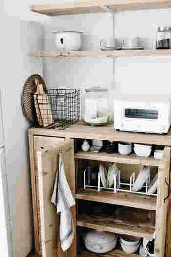 食器収納では、どの食器も見渡せるような状態にすることがポイントです。 正面から見渡せなくても、何かの動作のときに目に入るような工夫をすることで、まんべんなく食器を使用できるようになります。