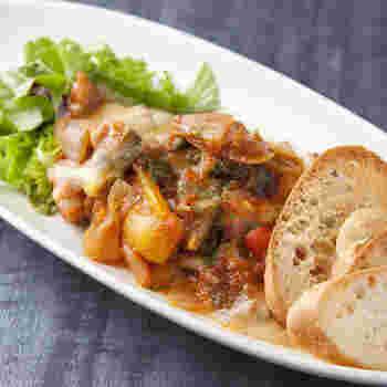野菜がたっぷり入ったラタトゥイユは、パンをいただきながら。野菜の甘みとトマトの酸味がとても美味しい。  夜はビストロ感あふれる料理がワインを飲みながらいただけます。