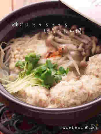鶏肉の出汁が効いた中華ベースのつみれ鍋。鶏肉のつみれには春雨が入っていて、つるつるの喉越しを楽しめます。春雨なのでヘルシーなのも◎たくさん食べても罪悪感のないお肉ですね。