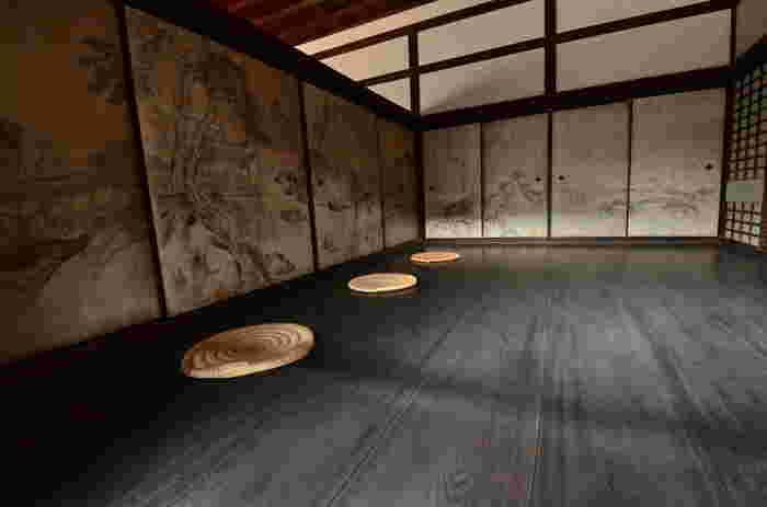 大徳寺龍源院の方丈・・・大徳寺の塔頭のひとつ龍源院は「洛北の苔寺」といわれ、日本最古の方丈建造物です。そして 大徳寺山内住職の居住空間としての性格も持っていました。「礼の間」は、茶礼香礼等をなす所、また大名公家のお供の控え所など多目的な建物として使われました。禅宗独特の静寂さを感じますね。襖絵は等春筆「列仙の図」です。