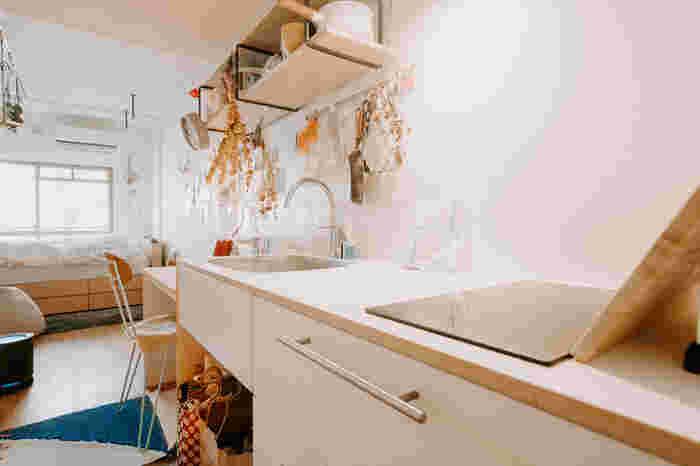 収納部分に飾りものをプラスすれば、自分だけのおしゃれキッチンに。お部屋のインテリアとも雰囲気を合わせることができ、よりおしゃれなワンルームになりますね。料理にすぐ使えるようドライハーブを吊るすのもおすすめ。