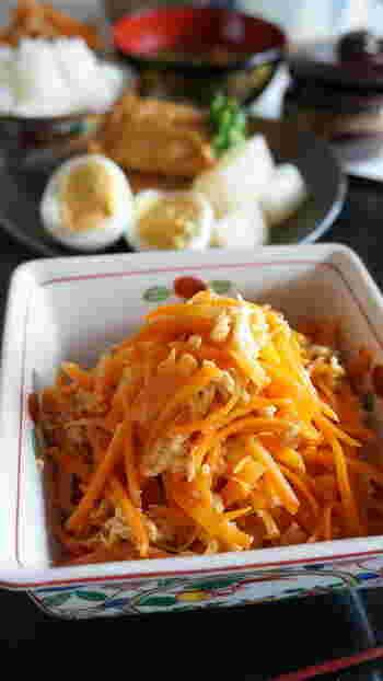 お弁当や「あともう1品欲しいな」というときに便利な「人参しりしり」。生姜がいいアクセントになっている美味しいレシピです。