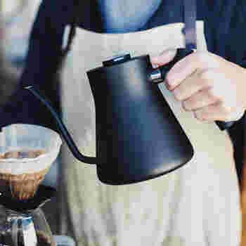 サンフランシスコ発、FELLOW (フェロー)社の温度計付きケトル。最適な湯量を1滴1滴 コントロールして注げるように設計されており、美味しいコーヒーを淹れるのに一役買います。また、シンプルでオシャレで使い続けても飽きの来ないデザインは、他のキッチンアイテムともすんなり馴染んでくれそう。