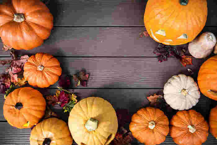 毎年10月31日に行われる「ハロウィン」。そのはじまりは約2000年前、古代ヨーロッパの原住民ケルト人から伝わったものといわれています。ケルト人にとって10月31日は、1年の終わりで収穫を感謝する日。さらに、その日は悪霊や魔女などが地上をさまようと考えていたのだそう。仮装には、魔物に扮することで身を守るという目的がありました。そんなハロウィン文化がアメリカに伝わり、ブームに火が付き日本にも上陸して今に至ります。