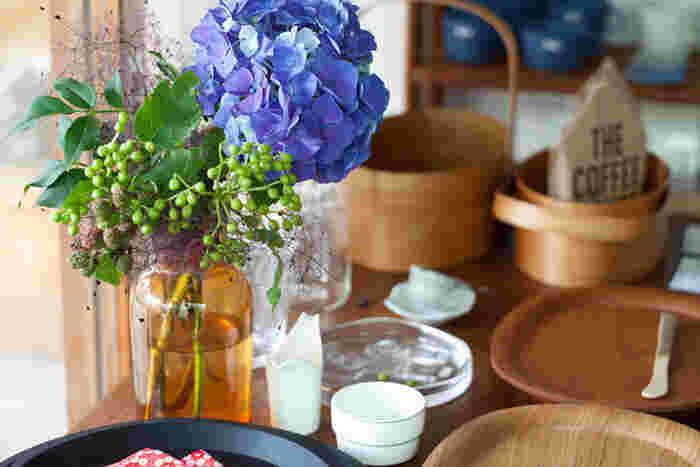 「お花が好きで家でも飾るようにしている」という滝沢さん。もちろんお店にも