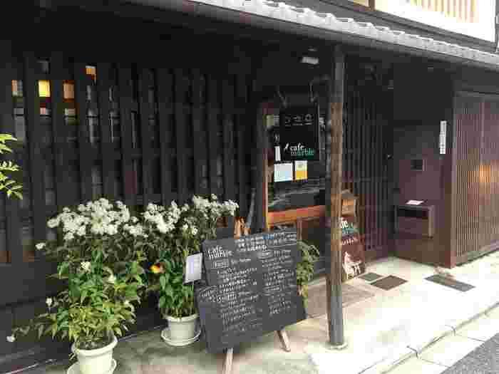 cafe marble (カフェマーブル) 仏光寺店は、京都市内を東西に横切る四条通から少し南に下った場所に位置する町屋カフェです。ここは、行き交う人々、車で賑わう四条通の喧騒が嘘のように静かで落ち着いた佇まいをしています。