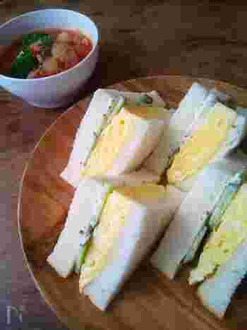 関西風の卵サンドといえば、卵サラダをはさんだものではなく、だし巻き卵をはさんだものが定番です。卵はしっかりと冷ましてから、パンにはさむとパンが水っぽくなりません。