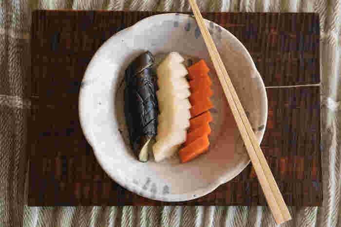 乳酸発酵させるぬか漬けは、健康食として注目度も抜群。植物性乳酸菌は、生きて腸まで届く頼もしい菌で、日本人との相性も抜群。また、ぬか漬けにすることで、野菜がもともと持っている栄養素に加えて、ぬか床に豊富に含まれたビタミン・ミネラルなどもダブルで取り込むことができるのも利点です。