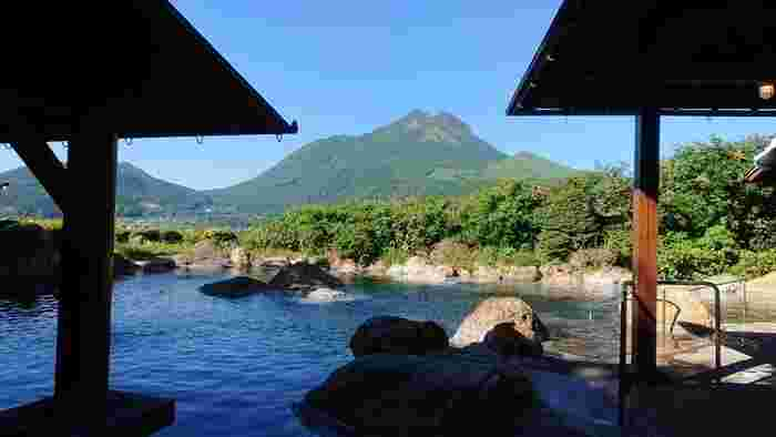 由布岳を一望できる150畳の大露天風呂は、開放感たっぷりで迫力満点。ここを訪れたら、売り切れ続出の喫茶banbanの限定プリンもぜひ味わってみてください。