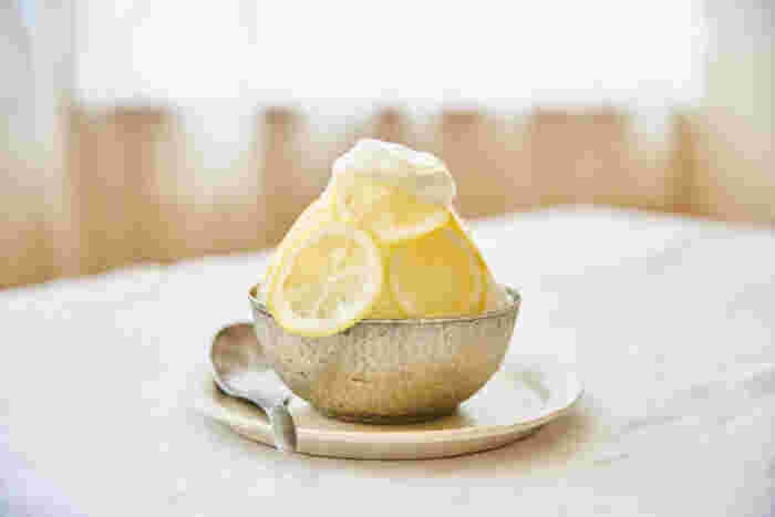 カルピスを使って作るお手軽レモンシロップのかき氷。薄切りレモン+はちみつ+カルピスを入れて一晩冷蔵庫でおくだけで美味しいシロップの出来上がり!さらに水切りヨーグルトにカルピスを混ぜたヨーグルトソースをかけると、お店のかき氷にも負けず劣らずな美味しいかき氷になります。