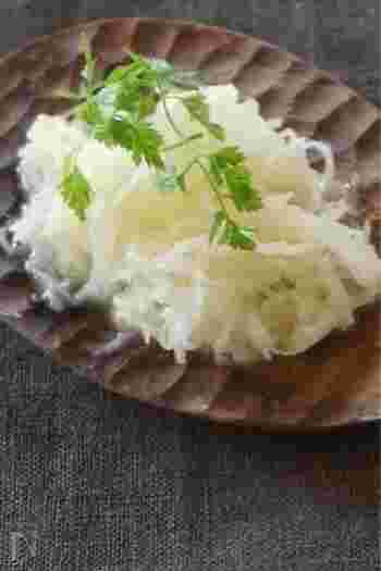 スライサーで楽々、ちょっぴり和風仕上げの大根ラペのレシピです。切り干し大根をひとつまみいれることで、水分を抑えて作り置きもできますよ。