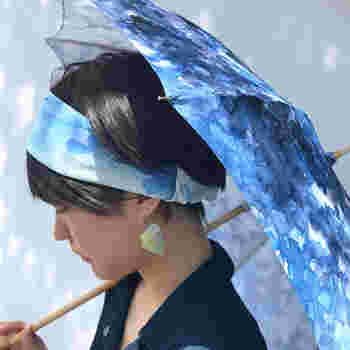 まとめ髪はなかなか上手くできない・・時間がない!といったときは、ヘアバンドで髪をまとめるだけでもOK◎鮮やかカラーのヘアバンドをつけると顔周りがぱっと明るく見えますね。傘の色とあわせてのコーデも素敵です。