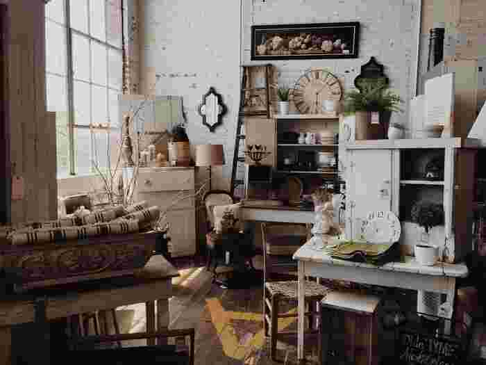 古い家具などは塗装がはがれ、その劣化した風合いがなんとも言えない味を出します。 「クラッキング塗装」とは、新しい家具などに専用の塗料を塗ることによって、長年使い込まれた家具のような味を出す、エイジング加工の一種です。