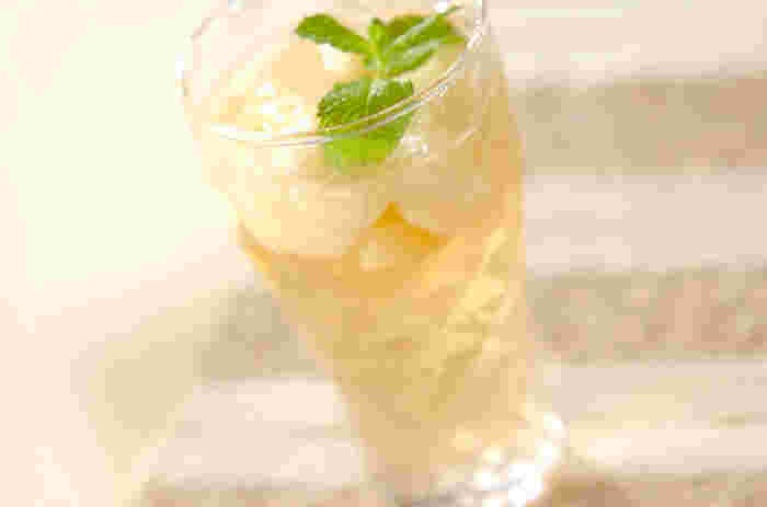 ジンジャーエールは炭酸水で割るのが基本ですが、そのほかにもいろいろなもので割ったり、フルーツと合わせるなどアレンジの楽しさもポイント。こちらは、フレッシュな桃を入れた、フルーティでしゅわっと爽やかなドリンク。季節ごとの旬果実でどうぞ。