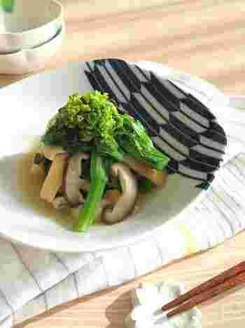 菜の花と椎茸の簡単な煮物レシピです。うどんスープの粉末を使って、パパっと手早く煮込むので忙しい時にもおすすめ。春が旬の食材同士が嬉しい一皿です。