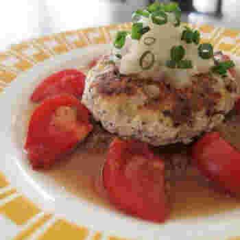 玉ねぎの食感が楽しめるハンバーグ。鶏ひき肉、豆腐、塩麹、乾燥麩、黒ごまを使ったヘルシーな一品です。サッパリとした味わいのおろしソースが相性抜群です*