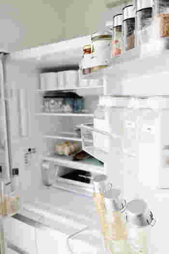 「収納にはスペースも大事」とはよく言われることですが、冷蔵庫も同じです。残り物もきちんと収納できるように、スペースを空けるようにされているのだそう。これなら買い物から帰ってきてもスムーズに収納できますね。