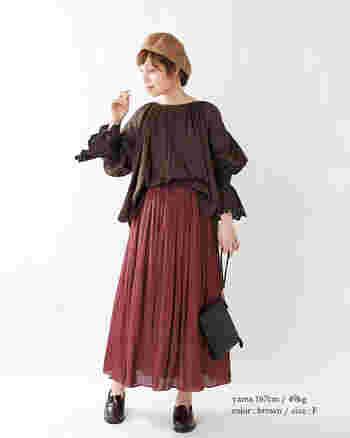 ボリューム感のある袖口のコットンレースが大人可愛い、ブラウンのピンタックブラウスに、ギャザーたっぷりの秋色スカートを合わせて。ベレー帽を被ればちょっぴり芸術家気分でお出かけできそう♪
