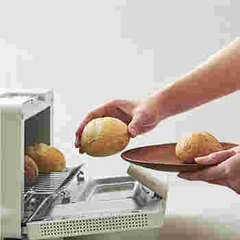 美味しくリベイクするコツはとっても簡単。オーブンに入れる前に、霧吹きなどでパンの表面に軽く水を吹きかけておきましょう。こうすることでパサつかず、焼き上がりをふっくらさせることができます。  クロワッサン、ブリオッシュなど、パンの内側に空間が多いタイプや、ロールパンなどふわふわしたタイプのパンはリベイクに向いているそうです。砂糖がかかっているものは、焦げないようにアルミで包んでオーブンへ入れてくださいね。