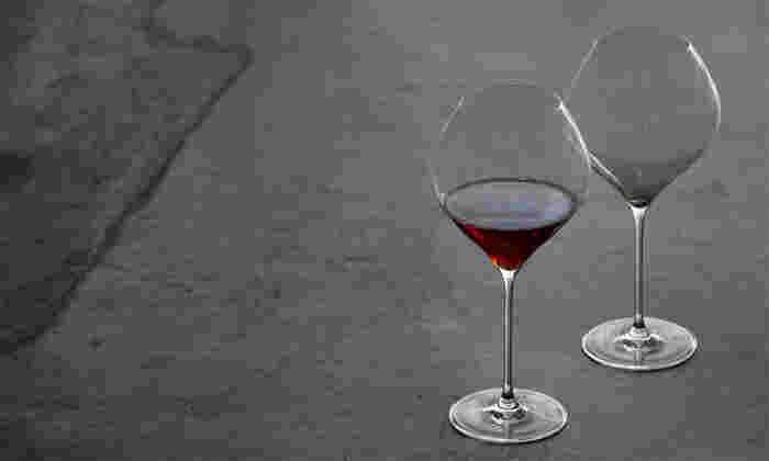 グラスの本体部分を「ボウル」と呼びます。ボウルが大きく広がったタイプは、ワインが空気に触れて香りが立ちやすいという特徴があります。香りを楽しみたい赤ワインは、ボウルが大きいグラスがベスト。
