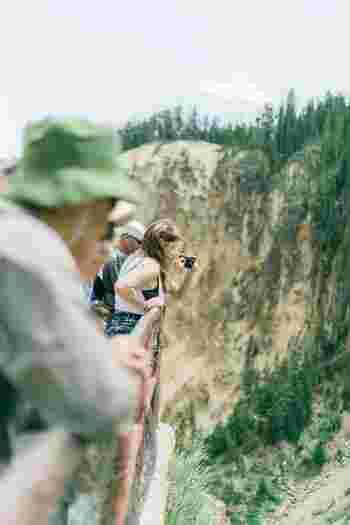 初めての登山の場合は、登山ツアーを利用してみるのもおすすめです。初心者向けのツアーでは、ガイドさんが基本的な知識なども合わせて教えてくれます。