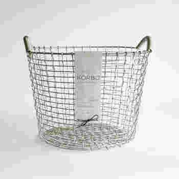 シンプルでありながら、ハイレベルなデザイン性も感じさせる【KORBO】(コルボ)のワイヤーバスケット「クラシック」。本国スウェーデンでは、漁業や農業などの作業場から一般家庭まで、幅広い場所で使用されています。