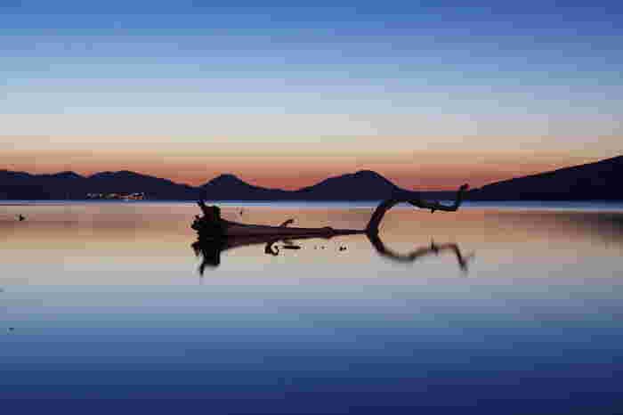 原生林に囲まれた支笏洞爺国立公園の中にある温泉で、支笏湖の東岸に支笏湖温泉、北西側に丸駒温泉、支笏湖いとう温泉があります。建築規制が厳しく、現存するホテルは全て3階建て以下。そのため素晴らしい景観が損なわれるがことなく、訪れた人の心も体も癒してくれます。  ♨ 泉質:ナトリウム-炭酸水素塩素、低張性弱アルカリ性 ♨ 適応症:神経痛、筋肉痛、疲労回復