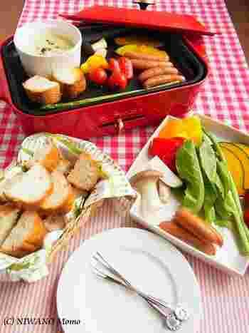 ホットプレートの上で温めながら楽しむチーズフォンデュ。プレートでパンをサクサクに焼きながら、野菜はジューシーに火を通しながら作れるので、何倍も素敵な食べ方ですね!