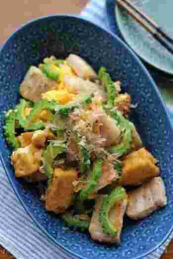 めんつゆを使って簡単味付け♪豆腐も厚揚げを使い、手早く風味の良いゴーヤチャンプルーに仕上がります。めんつゆを使わずに、醤油とみりんなどで代用も可能なので、お家好みの味付けに簡単にアレンジできそう。