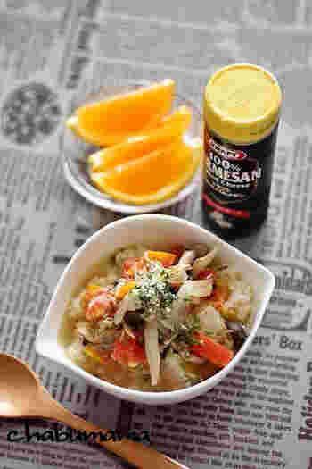ツナを使った、手軽でおしゃれなリゾット風スープかけご飯。ひと皿でさまざまな栄養を補える、バランスのよさがうれしいですね。フルーツなど添えれば、おしゃれな朝のテーブルになります。
