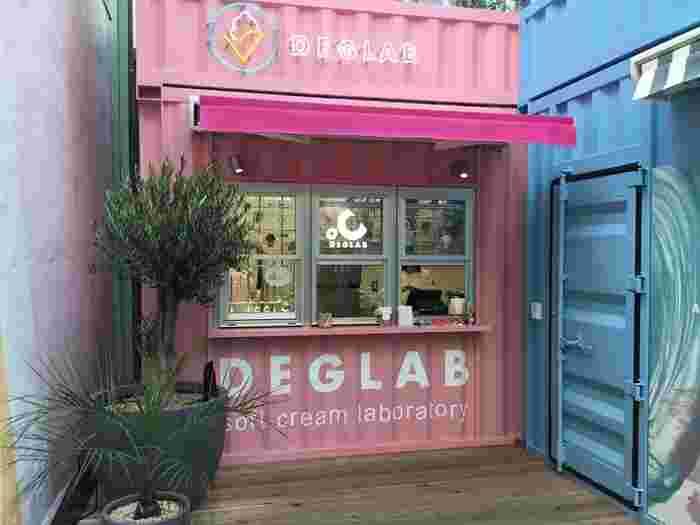 季節ごとにソフトクリームのもっとも美味しいと感じる空気含有量を研究し、急極のふわふわ エアリーソフトクリームを目指している「DEDLAB ディグラボ ソフトクリーム研究所」。一般的なソフトクリームの空気含有量は約30%程度と言われていますが、ディグラボでは北海道ミルクにいたっては約75%もソフトクリームの中に空気を含むことにより「究極のふわふわ食感」を演出したソフトクリームを食べることができます。