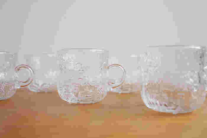 フィンランドのガラスデザインの巨匠、Oiva Toikka(オイヴァ・トイッカ)がデザインしたファウナシリーズのカップ。  ファウナとは「動物相」という意味だそうで、 本当にたくさんの動物たちが、側面や底面にまでデザインされています。  じっくりと動物たちを探してみるのも楽しみのひとつになりそうなアイテムです。