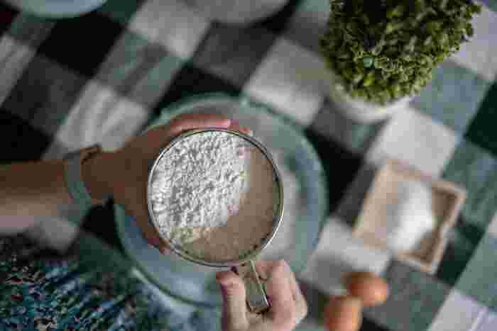 小麦粉は、1カップ(200ml)で110gです。大さじ1では9g、小さじ1では3gとなります。お菓子作りなどをする人は、ぜひ覚えておきたいですね。