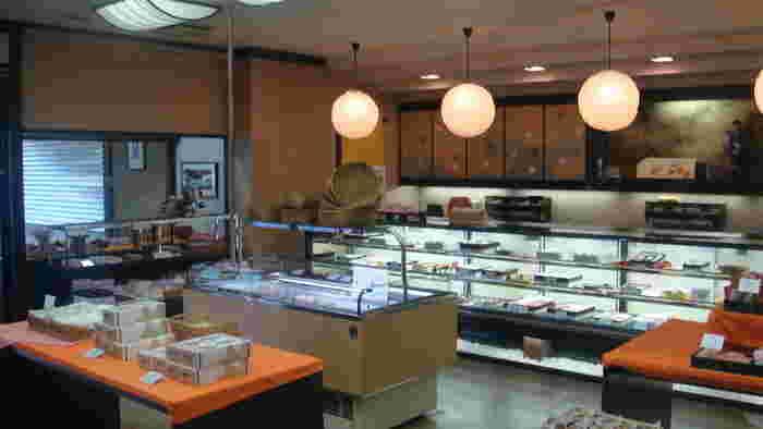 店内は広さがあるにも関わらず、いつ行ってもお客さんでいっぱいです。老舗なだけあって、観光客よりも地元のお客さんが多い印象です。