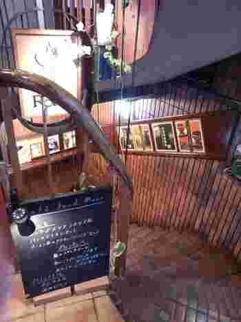 下通りの地下1Fにある「Cafe de RAM」。フードメニューからスイーツまで揃った猫が目印のカフェです。朝2時まで営業しているのも嬉しいですね♪