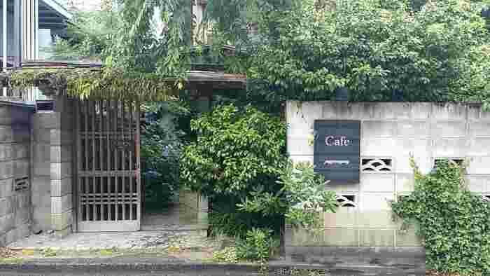 「パッパライライ」は、地下鉄空港線の「赤坂駅」か地下鉄七隈線の「桜坂」駅から徒歩10分ほどの所にあります。住宅街の中にひっそりとあって、オシャレな古民家風の素敵なカフェです。