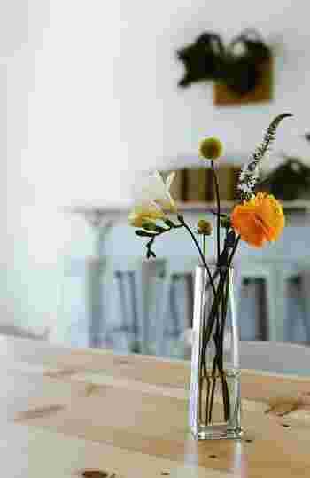 お花があると周辺がぱっと華やかになりますよね。せっかくなら一輪でも良いので、週末に買って帰って、おうちに飾ってみてはいかがでしょう?そしてドライフラワーにしておけば、いつか自分だけのドライフラワーブーケの出来上がり!季節ごとに変わるお花に気分もウキウキします。