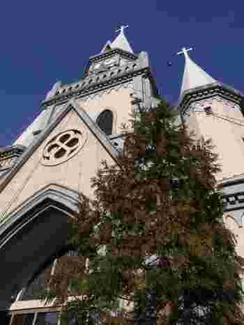佐世保駅前の小高い丘の上に建つゴシック建築のこの教会は、明治32年に設立し、太平洋戦争の戦火から免れた大変貴重なカトリック教会です。