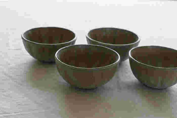 こちらは石川県・金沢市にて作陶されている宅間 裕子(たくま ゆうこ)さんの工房、「たくまポタリー」の素敵な小鉢です。陶器ならではの温かみのある風合いが魅力的な小鉢は、見ているだけでほっと心が和むような優しい色合いの「グレー」が印象的です。