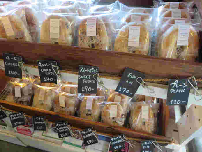 ベーグルクーボーのベーグルは、素材にも大変こだわっています。栃木県産の小麦にきび砂糖・赤穂塩・海洋酵母と全て安全でナチュラルな材料のみが使われています。少し縦長の形が特徴的なベーグルはモチモチ食感で、一つずつ丁寧に包装され、優しさや気遣いを感じられます。