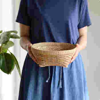 編み目が美しいバリバンブーのかごは、テレビやエアコンなどのリモコン類をまとめておけば、毎回探さなくても済みそうですね。転がらないように足で止める構造で、丁寧な作りはリビングにもよく合います。
