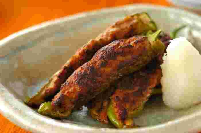 ピーマンの肉詰めならぬ、万願寺唐辛子の肉詰めは細いので食べやすくお酒の肴にも、ご飯のおかずにもぴったりです。