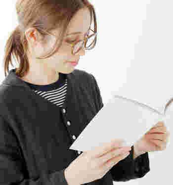 読書するときなど近くのものが見えにくくなったな…という方にはリーディンググラスがおすすめ。老眼鏡と聞くと敬遠したくなりますが、アクセサリー感覚でつけられるおしゃれなデザインが魅力。うつむいた顔が美しく見えるのも嬉しいポイントです。