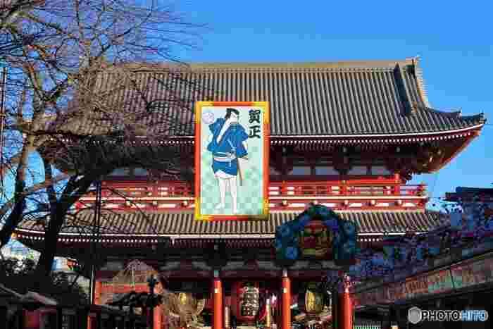 初詣の意味は、新年を迎えて初めて神社やお寺にお参りすることです。現在根付いている初詣の歴史は浅く、明治時代頃から広まったとされています。起源は、平安時代から行われていた「年籠り」で、大晦日の夕方から氏神様のいる神社に籠って祈祷するという風習でした。