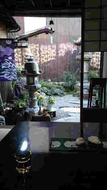 町家を改築したお店だけあって、趣きのある雰囲気。本がたくさん並んだ和室に、テーブルに座布団を置いた席は、まるで京都のお友達の家に遊びに来たかのような錯覚を覚えます。おすすめは、坪庭が見える、縁側の席。京町家らしい風情を味わえます。