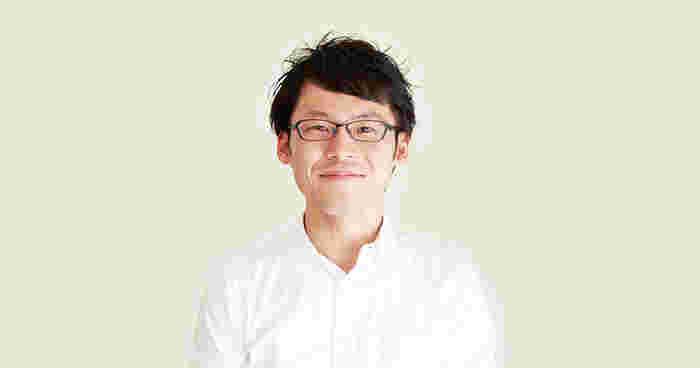 1980年山口生まれの料理研究家の冨田ただすけさん。食品メーカーや調理師専門学校、日本料理店などで料理を学んだあと、2013年に料理研究家としての活動を始めました。2007年に始まった「白ごはん.com」は、現在では1日10~20万PVにもなる大人気サイトとなりました。「白ごはん.com」は料理の美味しさはもちろんですが、冨田ただすけさんの語りかけるような温かみのある文章も人気の理由。